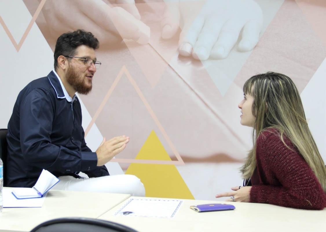 O empresário Fabrício Tardin com uma das alunos de Moda do Senai Cetiqt
